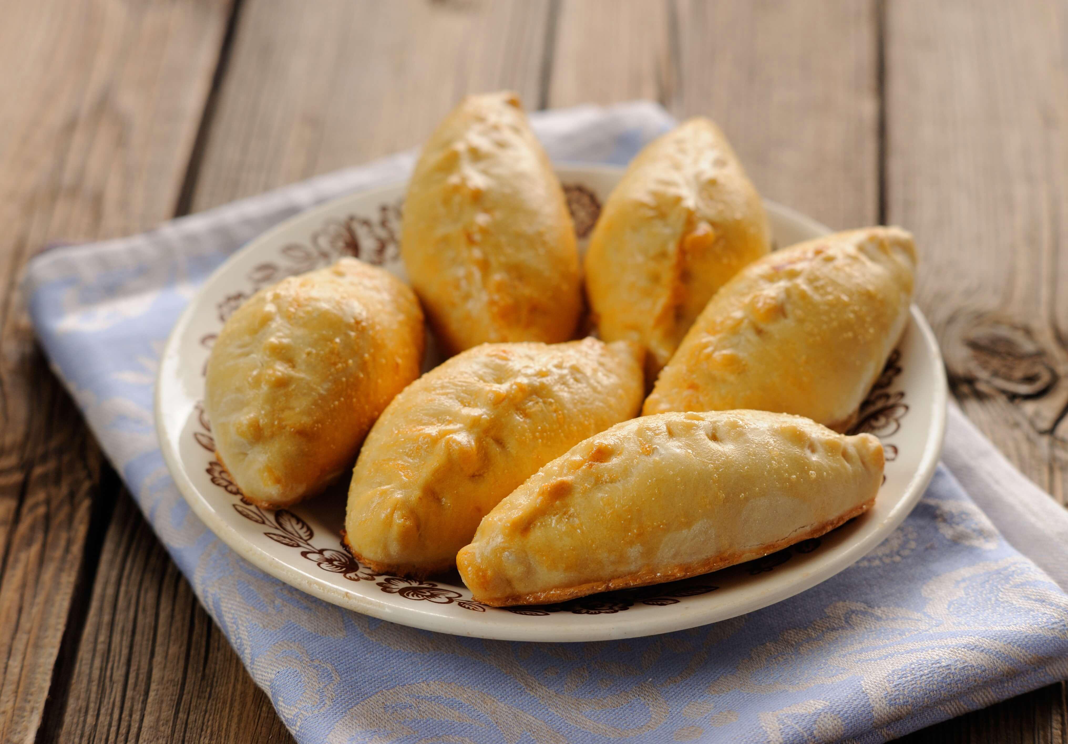 具材たっぷりのロシアの代表的な惣菜パン、ピロシキとは