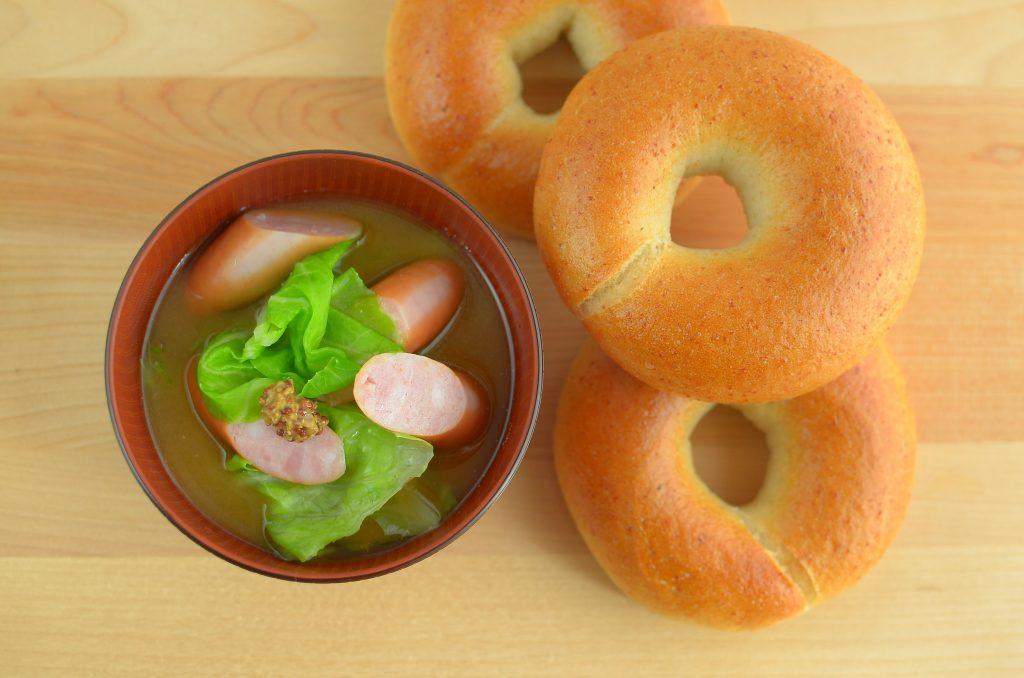 【一汁一ぱんのすすめ】春キャベツとソーセージの味噌汁