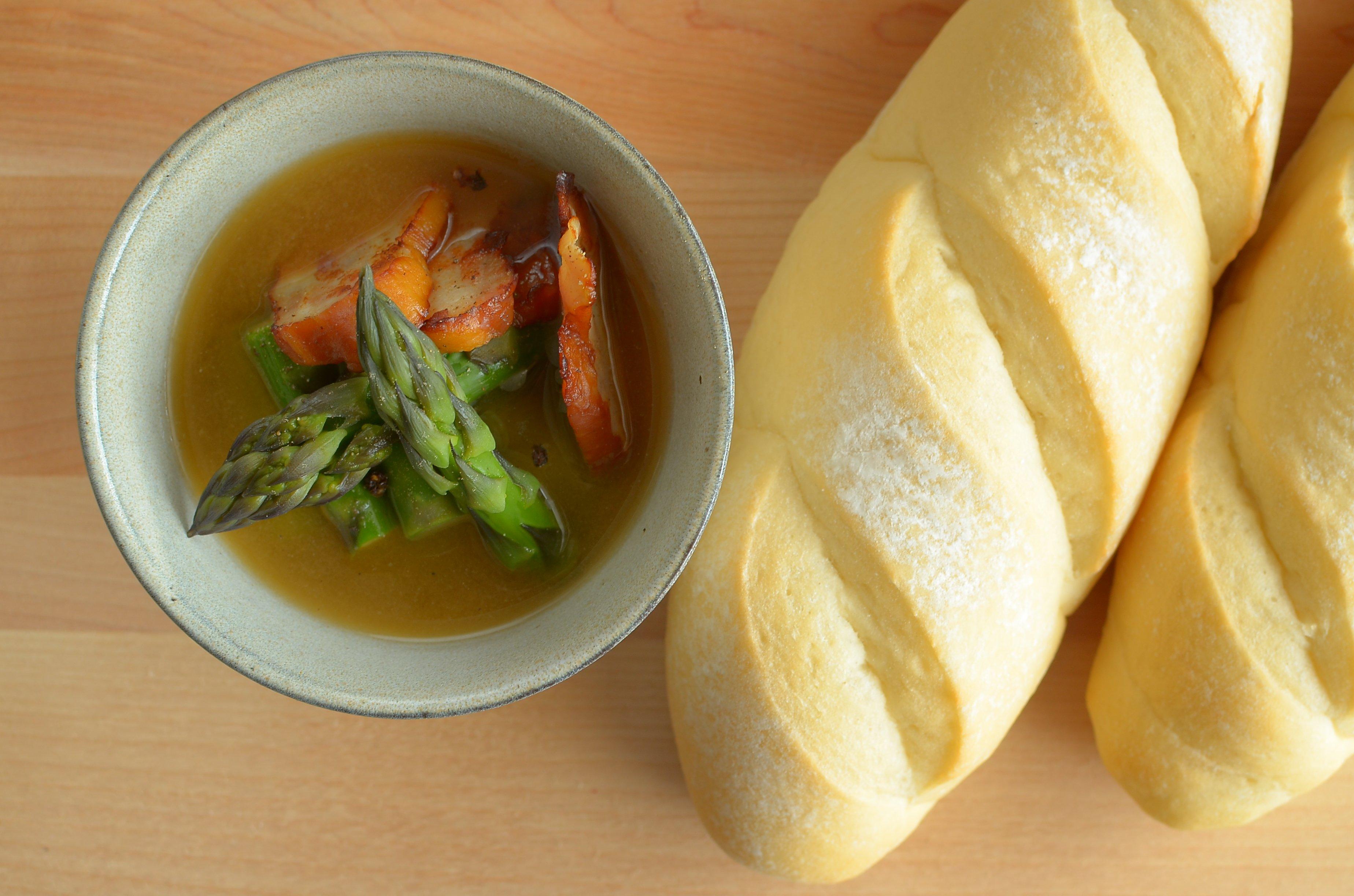 【一汁一ぱんのすすめ】アスパラガスとベーコンの味噌汁