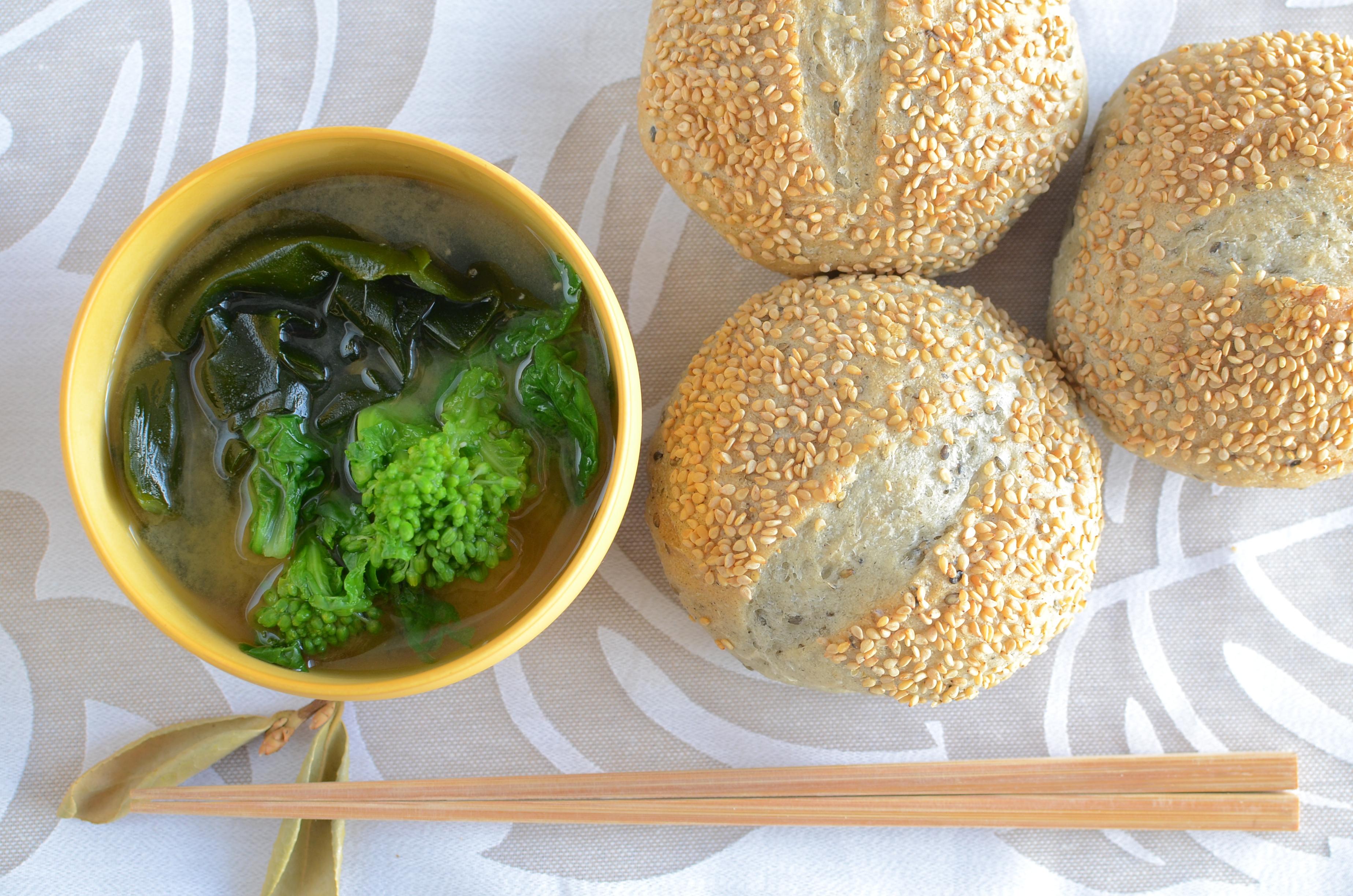 【一汁一ぱんのすすめ】菜花とわかめの味噌汁