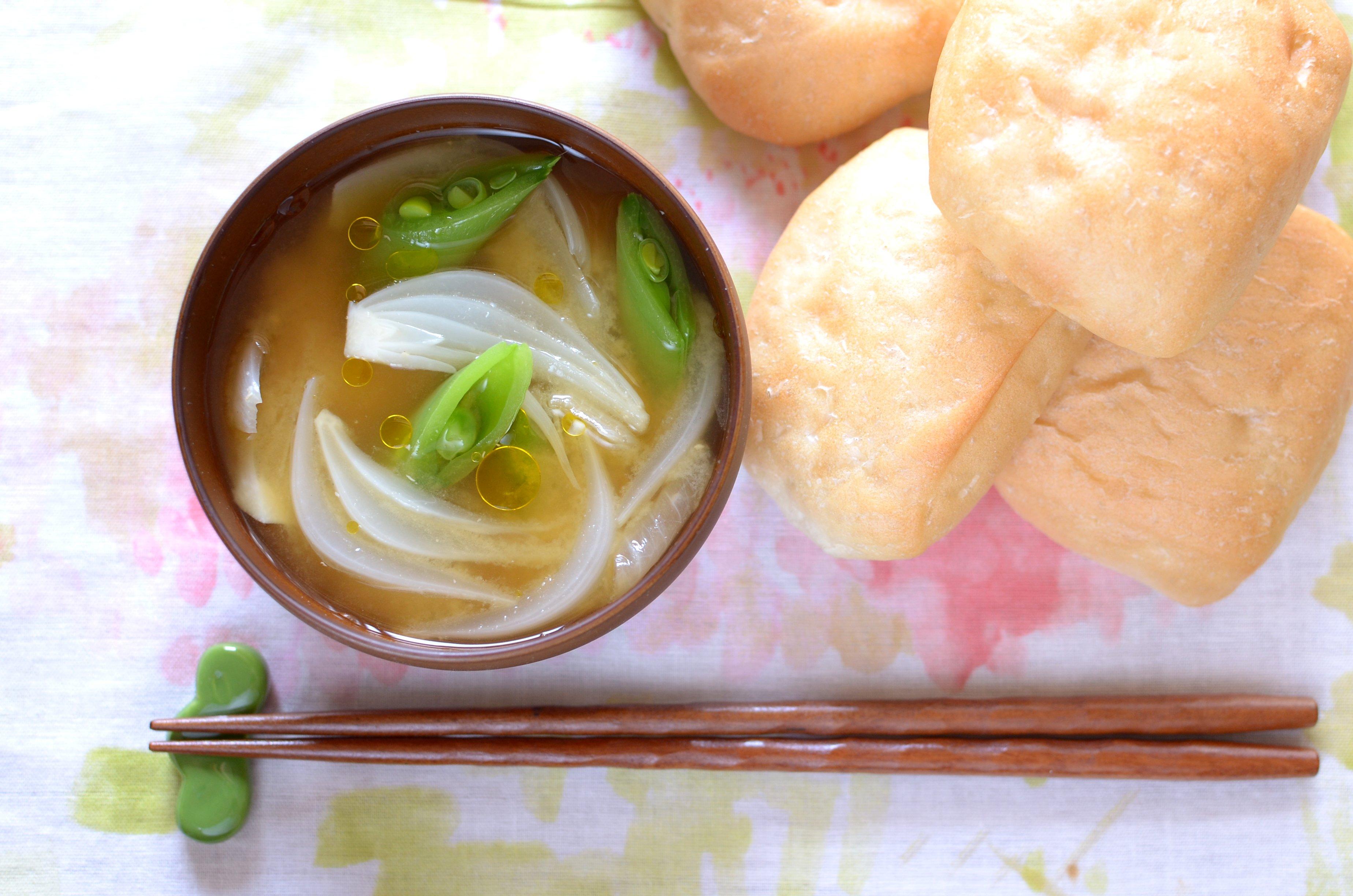 【一汁一ぱんのすすめ】新玉ねぎとさやまめの味噌汁