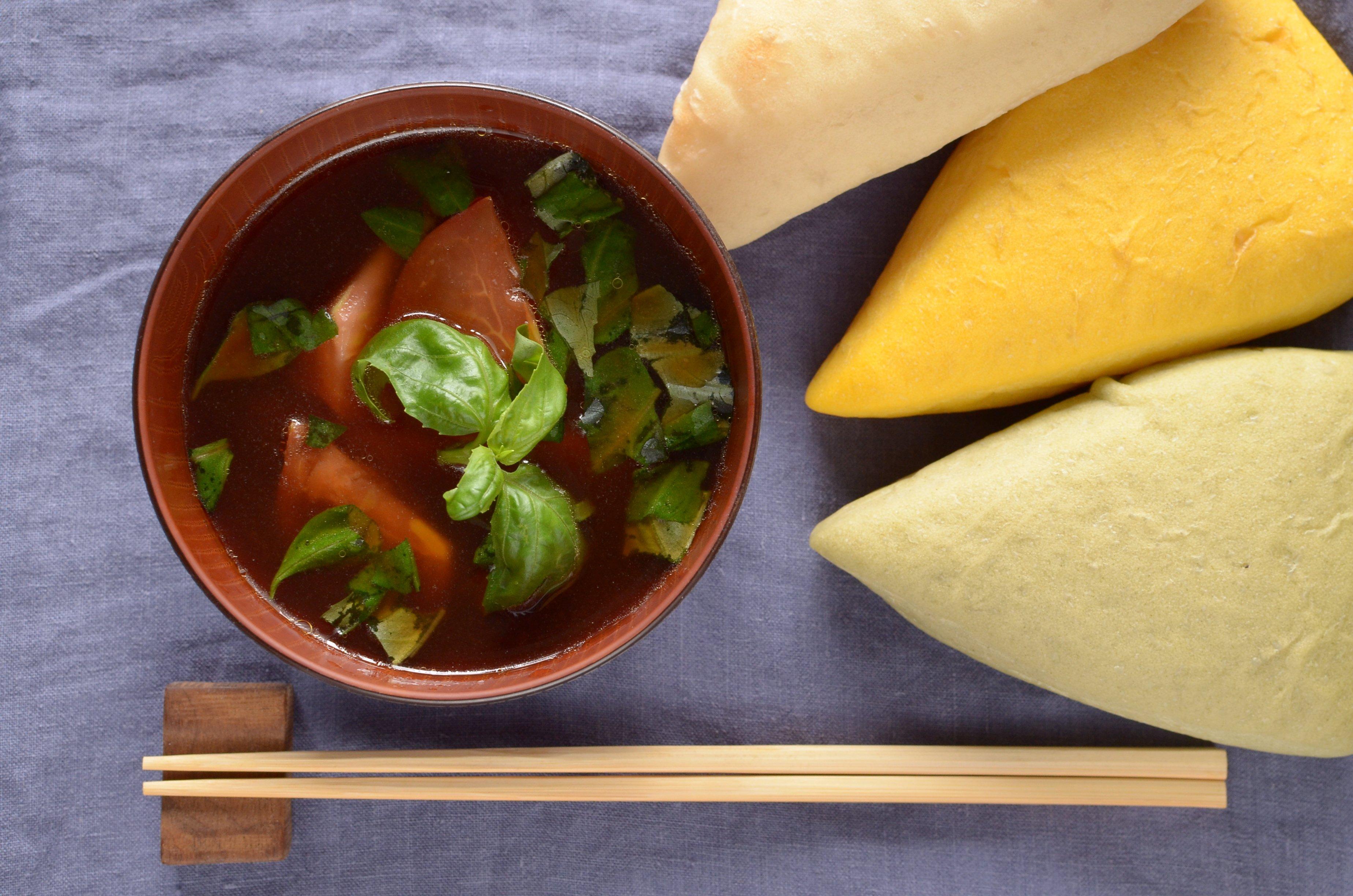 【一汁一ぱんのすすめ】トマトとバジルの味噌汁